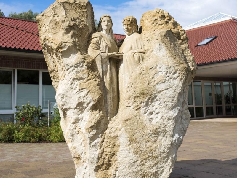 Maria und Elli_Skulptur vor dem Haus Maria Einkehr